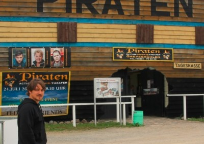 Vor dem Eingang zum Piraten-Open-Air-Actiontheater